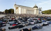 With their protest in Vilnius in September 2015, activists drew attention to Lithuania's high suicide rate. (© picture-alliance/dpa)