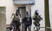Police after a raid in Chemnitz on Saturday. (© picture-alliance/dpa)