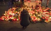 A sea of flowers and candles after the attack on a Christmas market in Berlin. (© picture-alliance/dpa)