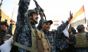 Iraqi soldiers celebrating the liberation of Mosul. (© picture-alliance/dpa)