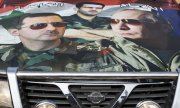 The hood of a car in Syria bearing images of presidents Assad and Putin. (© picture-alliance/dpa)
