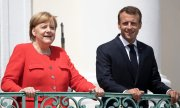 Smiles from the balcony: Merkel and Macron. (© picture-alliance/dpa)