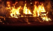 Burning cars in the city of Trolhattan in western Sweden. (© picture-alliance/dpa)