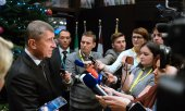 Andrej Babiš being interviewed by journalists. (© picture-alliance/dpa)