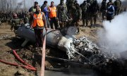 Indian soldiers examine a fighter jet shot down by Pakistan. (© picture-alliance/dpa)