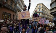 A demonstrator in Toulouse protesting feminicide. (© picture-alliance/dpa)