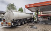 A fuel tanker at a petrol station in Braga. (© picture-alliance/dpa)