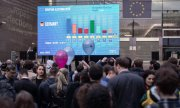 Forecasts of the election results in Germany are displayed outside the European Parliament in Brussels. (© picture-alliance/dpa)