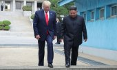 Trump and Kim stepping over the demarcation line. (© picture-alliance/dpa)