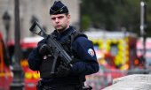A police officer after the attack in Paris. (© picture-alliance/dpa)