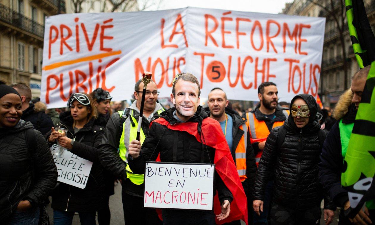 """""""Privat und öffentlich, die Reform betriff uns alle"""" steht auf einem Plakat in Paris am 9. Januar. (© picture-alliance/dpa)"""