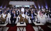 The negotiating parties in Doha, including US Secretary of State Mike Pompeo (second from left) and Taliban deputy leader Mullah Abdul Ghani Baradar (right).(© picture-alliance/dpa)