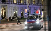 Police outside the Burgtheater in Vienna. (© picture-alliance/dpa)