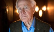 John le Carré 2017 in einem Hotel in Hamburg. (© picture-alliance/dpa/Christian Charisius)