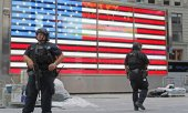 Heavily armed police officers on patrol after the attacks in Manhattan. (© picture-alliance/dpa)