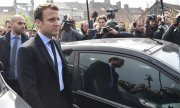 Macron visiting the Whirlpool plant in Amiens. (© picture-alliance/dpa)