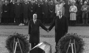 Former German chancellor Helmut Kohl (r.), hand in hand with French president François Mitterrand in 1984. (© picture-alliance/dpa)