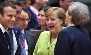 Emmanuel Macron, Xavier Bettel, Angela Merkel and Theresa May at the EU summit on 22 June 2017. (© picture-alliance/dpa)
