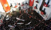 Demonstrators in Tunisia recall the start of the Arab Spring. (© picture-alliance/dpa)