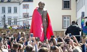 Unveiling of Marx's statue on 5 May 2018 in Trier. (© picture-alliance/dpa)