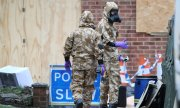 Soldiers decontaminating the house of ex-spy Skripal. (© picture-alliance/dpa)