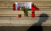 Candles burn for 15-year-old Alexandra outside the Ministry of the Interior in Bucharest. (© picture-alliance/dpa)