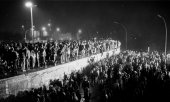 People standing on the Berlin Wall and celebrating on November 9, 1989. (© picture-alliance/dpa)