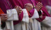 Praying bishops. (© picture-alliance/dpa)