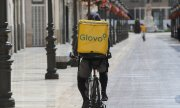 Food on bikes: a Glovo courier in Malaga. (© picture-alliance/dpa)