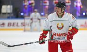 Belarusian president Lukashenko playing ice hockey in April 2020. (© picture-alliance/dpa/Andrei Pokumeiko)