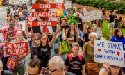 People demonstrating against racism and Trump's stance on right-wing extremists on 14 August 2017 in New York.  (© picture-alliance/dpa)
