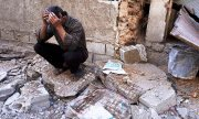 A man after the presumed attack in Douma. (© picture-alliance/dpa)