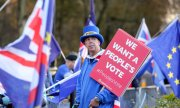 A protestor calls for a new Brexit referendum at a London demonstration. (© picture-alliance/dpa)
