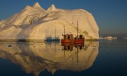 A fishing boat in the Ilulissat Icefjord in Greenland. (© picture-alliance/dpa)