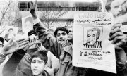 Youths cheer the fall of the Shah in Tehran in February 1979. (© picture-alliance/dpa)