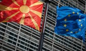 The flags of North Macedonia and the EU. (© picture-alliance/dpa)