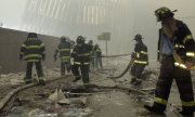 Des pompiers, le 11 septembre 2001, devant les ruines du World Trade Center. (© picture-alliance/dpa)
