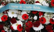"A wreath laid by ""The Charlie Hebdo team"" in Paris on 7 January 2020. (© picture-alliance/dpa)"
