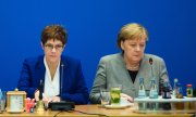 Annegret Kramp-Karrenbauer and Angela Merkel at the CDU board meeting on February 10. (© picture-alliance/dpa)