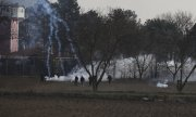 Greek riot police using tear gas against people on the Greek-Turkish border on 6 March. (© picture-alliance/dpa)