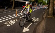 Cyclists on an improvised bike lane in Belfast. (© picture-alliance/dpa)