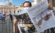 A man reading a copy of the Vatican newspaper L'Osservatore Romano in St. Peter's Square on October 4. (© picture-alliance/dpa)
