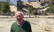 Robert Fisk in front of a bombed building in Damascus, in April 2018. (© picture-alliance/dpa)