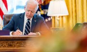 Joe Biden signing the 1.9 trillion dollar stimulus package. (© picture-alliance/Andrew Harnik)