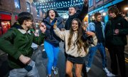 Young people partying in Manchester on April 12. (© picture-alliance/Joel Goodman)