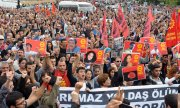 A memorial service for the victims turned into an anti-government demonstration on Sunday in Ankara. (© picture-alliance/dpa)