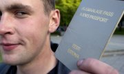 Un homme montre le passeport d'un 'non-citoyen' estonien. (© picture-alliance/dpa)