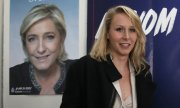 Marion Maréchal-Le Pen in front of a poster of her aunt Marine Le Pen. (© picture-alliance/dpa)