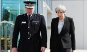 Prime Minister May with the Manchester police chief. (© picture-alliance/dpa)