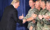 Trump greets US military personnel before his speech on US strategy in Afghanistan. (© picture-alliance/dpa)